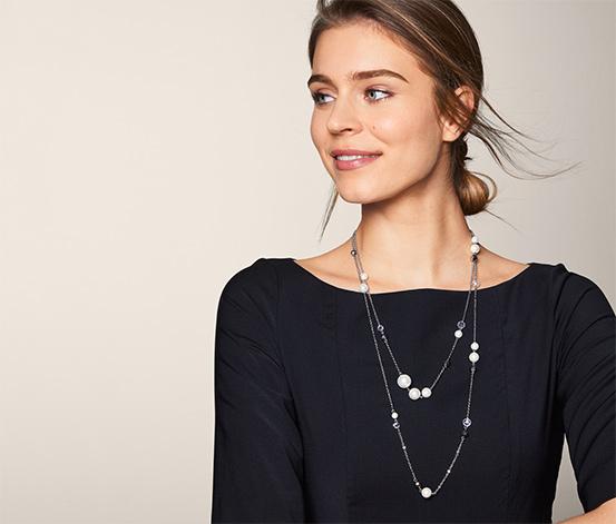 Vrstvený náhrdelník zdobený sklenenými krištáľmi a sklenenými perlami