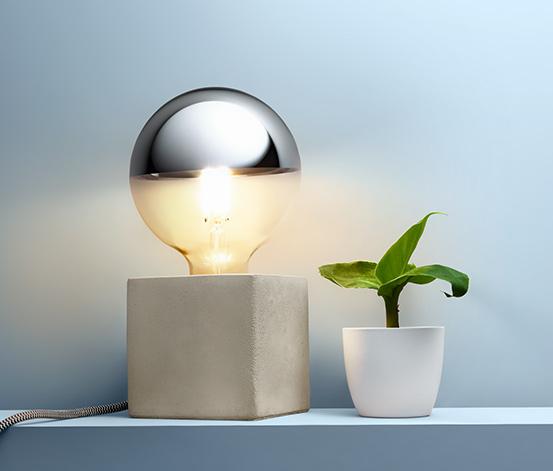 Lampa so zrkadlovou žiarovkou s LED a filamentom na betónovom podstavci