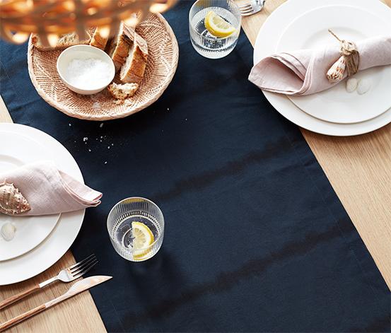 Behúň na stôl s batikovanými prúžkami